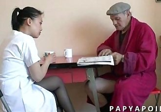 Papy se tape sa jeune infirmiere asiat apres la douche - 5 min