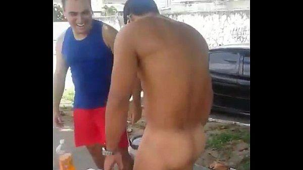 Mostrou a bunda gostosa do amigo.