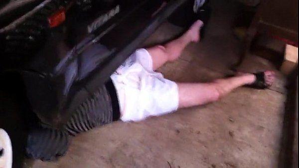 dando uma mão pro amigo que conserta o carro