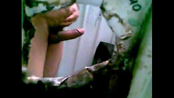 mamando pito en el gloryhole de un baño público -suckin nice cock in gloryhole