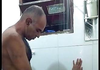 Tomando banho com o papai