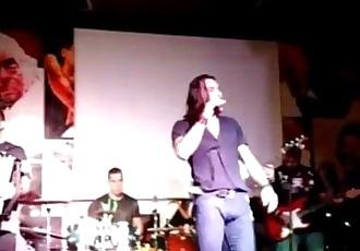 Gabriel Meira, cantor sertanejo, de pau duro em show