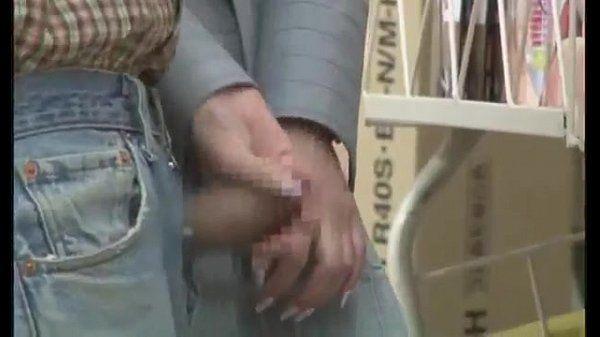 Japinha bate punheta em loja para o namorado