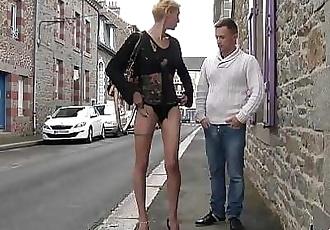 Baisée dans la rue, la cougar fait la totale ! 14 min