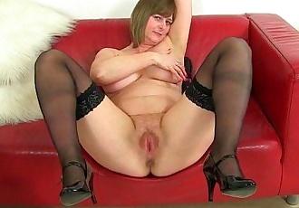 British milf Jessica Jay works her wet pussyHD