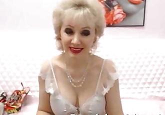 Mature granny on live cam fingering old pussy masturbating - 3 min