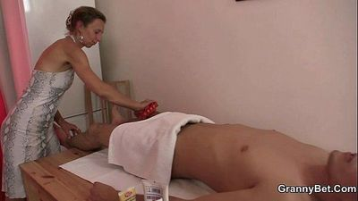 Old masseuse gets her hairy snatch pounded - 6 min