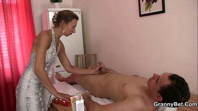 Granny masseuse gets her hairy hole nailed - 6 min