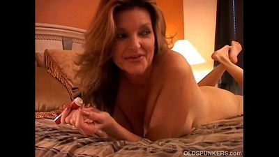 Gorgeous cougar has a squirting pussy - 5 min