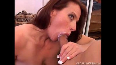 Gorgeous mature babe loves to suck cock - 5 min