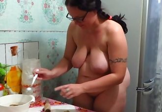 naked aunt makes the pies!