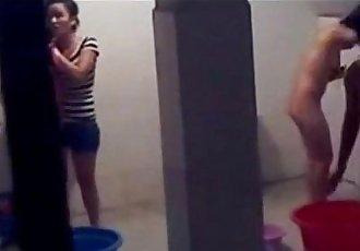 越南 學生 隱藏 cam 在 浴室 - 12 min