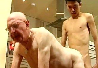 瘦 亞洲 twink 和 白色 爺爺