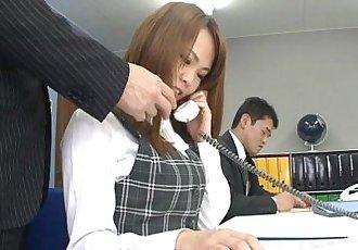 亞洲 辦公室 小姐 薩基 噴出 作為 的 小伙子們 刺激 她的 - 54 sec