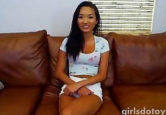 性感的 亚洲 青少年 乱搞 她自己 与 一个 大 雪 的小兔子 上 的 厨房 表