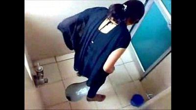 3 La universidad las niñas pissin en inodoro de famoso mumbai La universidad - 1 min 20 sec