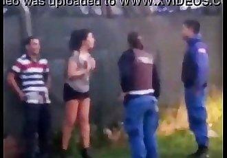 LA DETIENEN EN UN DESCAMPADO POR CHUPA PIJA