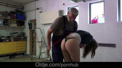 jolly :cô gái: trên cao gót và Ngắn Áo khiêu khích oldman phải Đít Vỗ và shag cô ấy