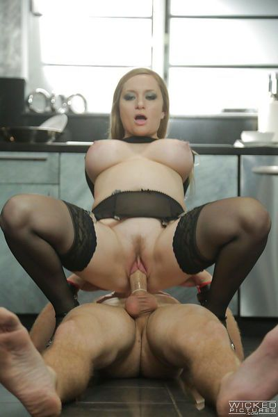 Stunning pornstar milf Aiden Starr is playing with her bf\