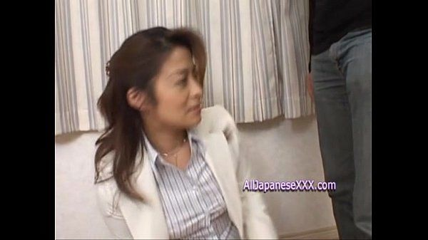 Japanese bussenes woman gives blowjob