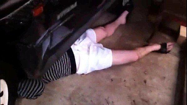 Dando uma mão pro amigo que conserta o carroHelping a mechanic friend