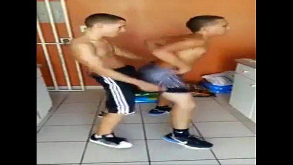 amigos heteros dançando reggaeton