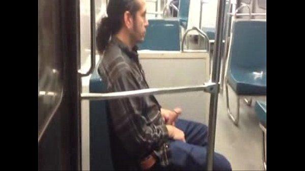 Sobándose la verga en el metro