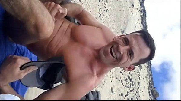 Mostrando o Pau Duro na Praia