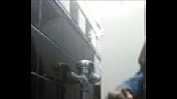 Negão Mostrando a Jeba no Banheiro