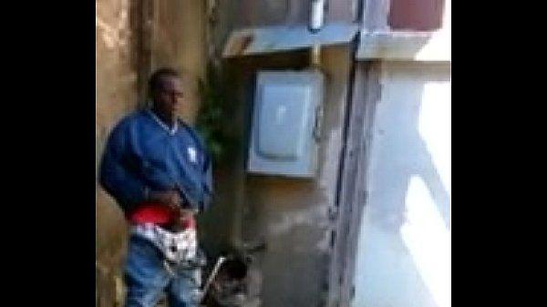 viejo gordo en la calle se masturba