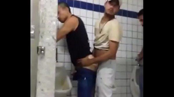 Pegação e foda no banheiro público