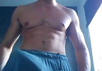 Maduro casado de gym enseñando su verga enorme en cam