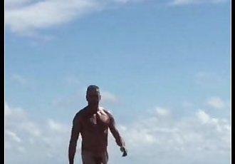 Coroa roludo na praia de nudismo