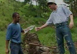Pablo Picaço dando uma pausa no trabalho da roça