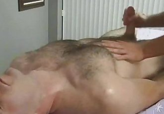 Peludo relaxando com a mão amiga-Hairy guy getting relax with a helping hand