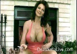 Mature pornstar giving a sensual interview p01