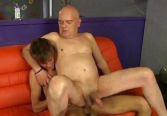 Joven masajista se folla a cliente maduro