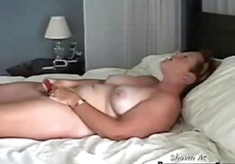 bueno Calidad oculto cam de mi mamá masturbándose en cama - 35 sec